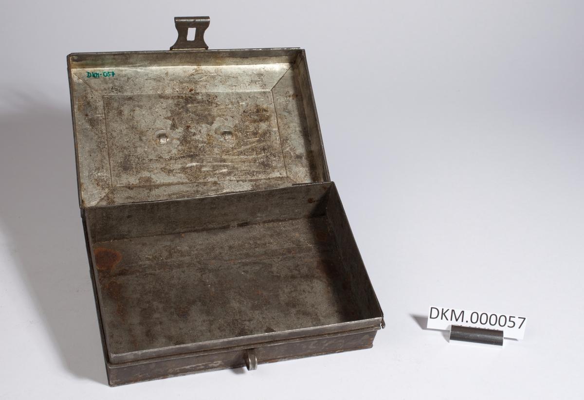Rektangulær kasse med lokk og metallbeslag til å feste hengelås i.