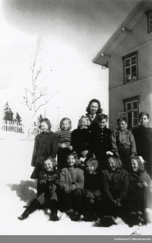 Fagertun skole, lærerinne med klasse utenfor skolebygningen.