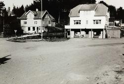 To forretningsbygg der riksvegar krysser kvarandre på Sveindal.