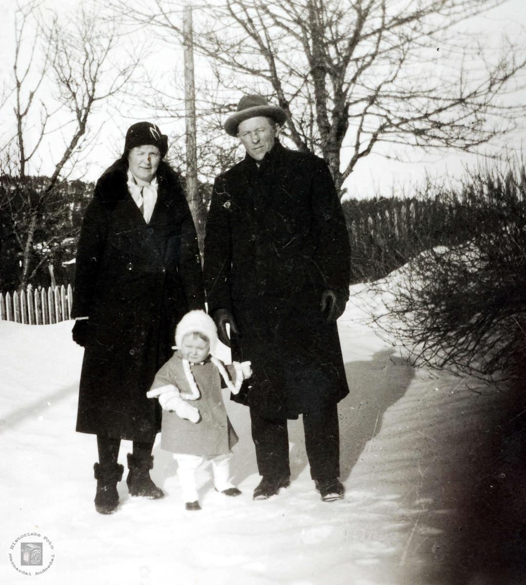 Mor, far og eldste datter Ubostad i Grindheim.