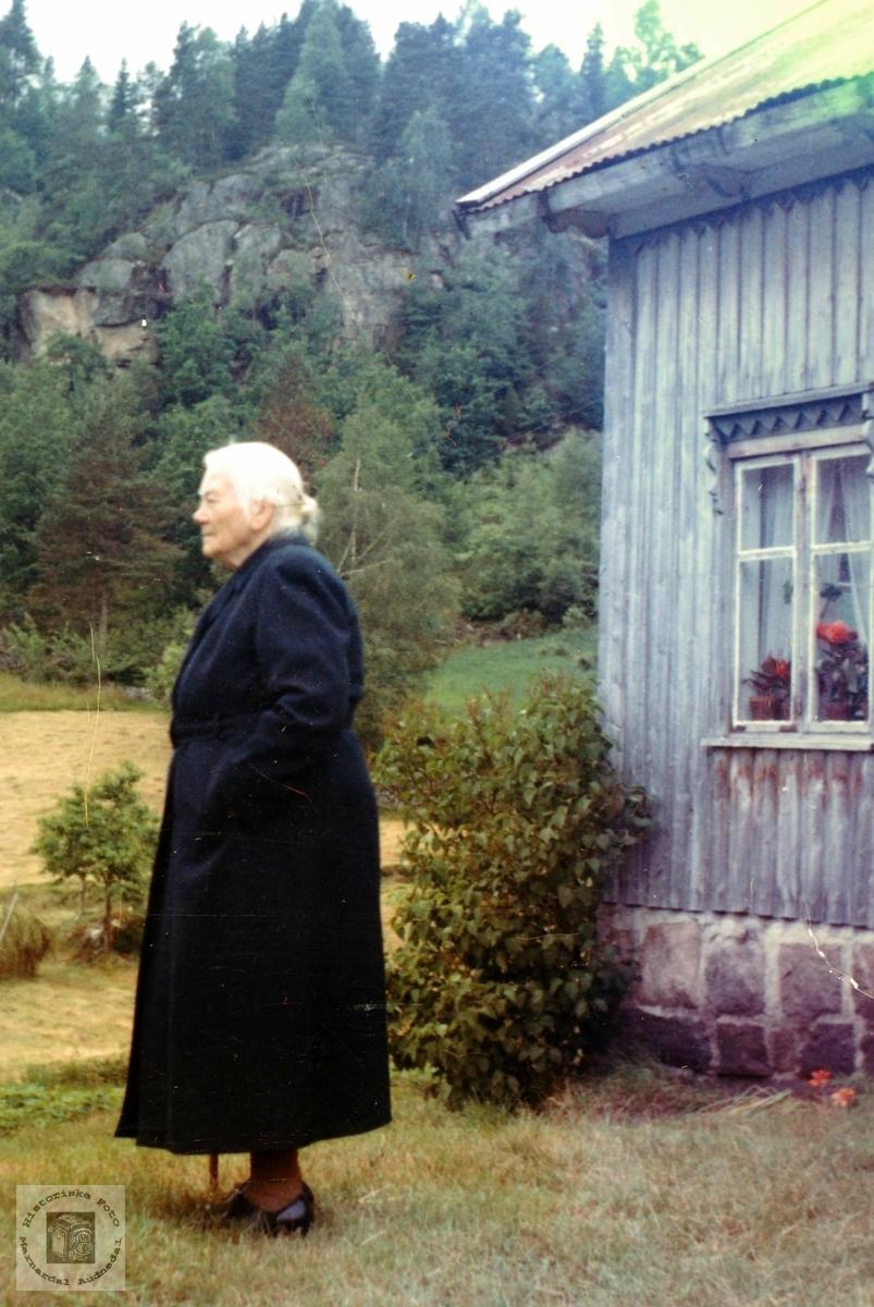 Portrett av Anna Ågedal som besøker barndomsheimen i Brandsdal, Grindheim.