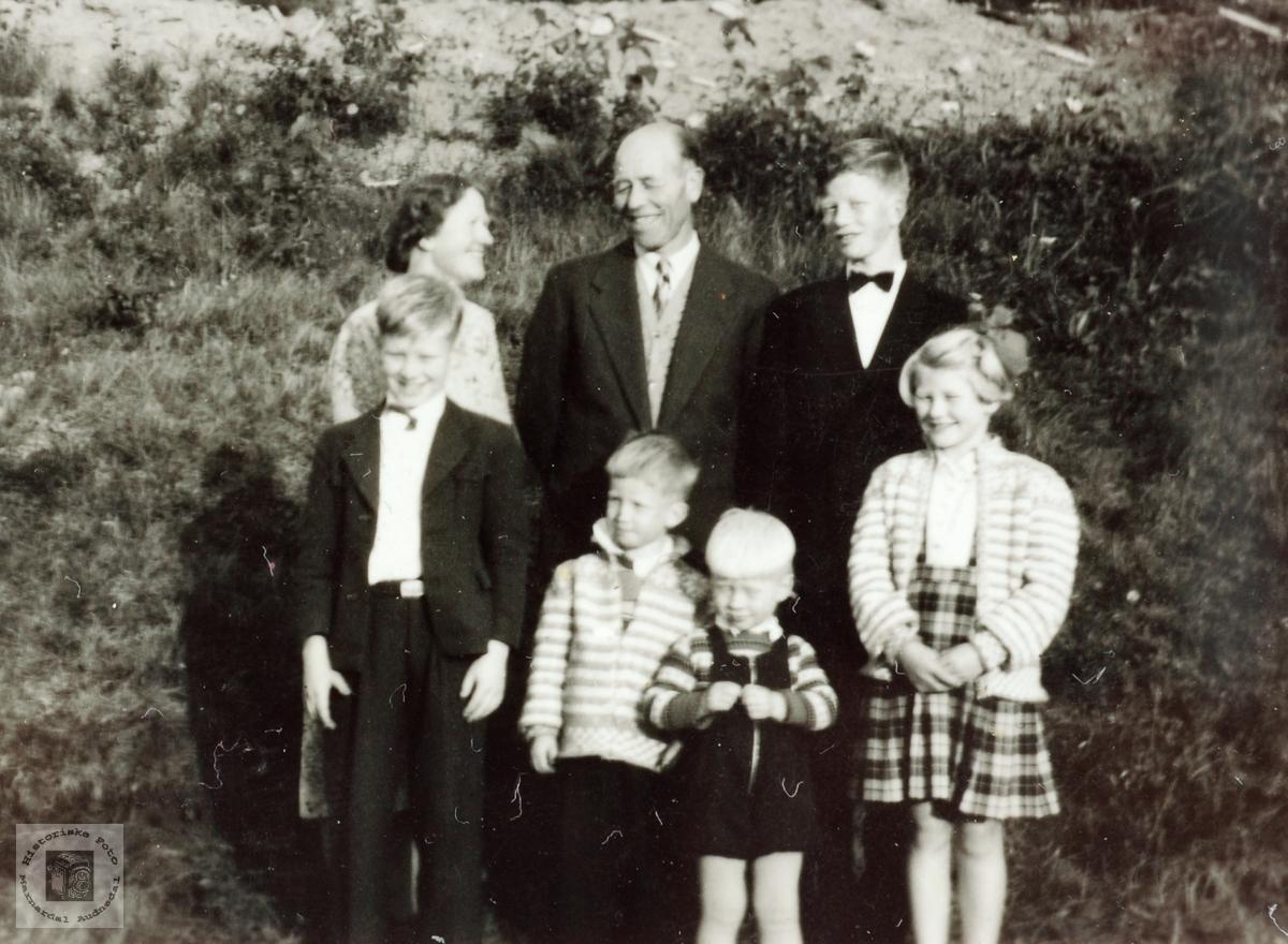 Familiesamling på Linbakken, Sveindal i Grindheim.