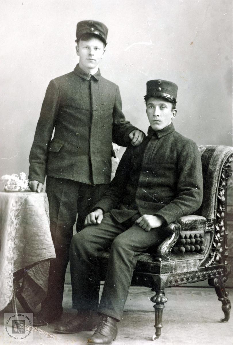 Portrett av to millitære ungdommer, en fra Øvre Ågedal i Grindheim, senere Audnedal.