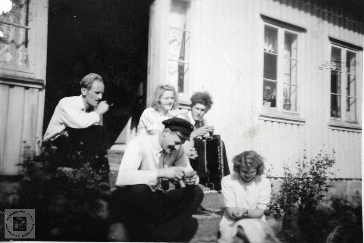 Ungdom på trappa på Stedjan, Grindheim Audnedal.