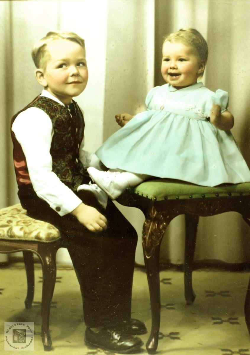 Portrett av søsknene Dagfinn og Reidun Flottorp gift Nielsen. Grindheim Audnedal.