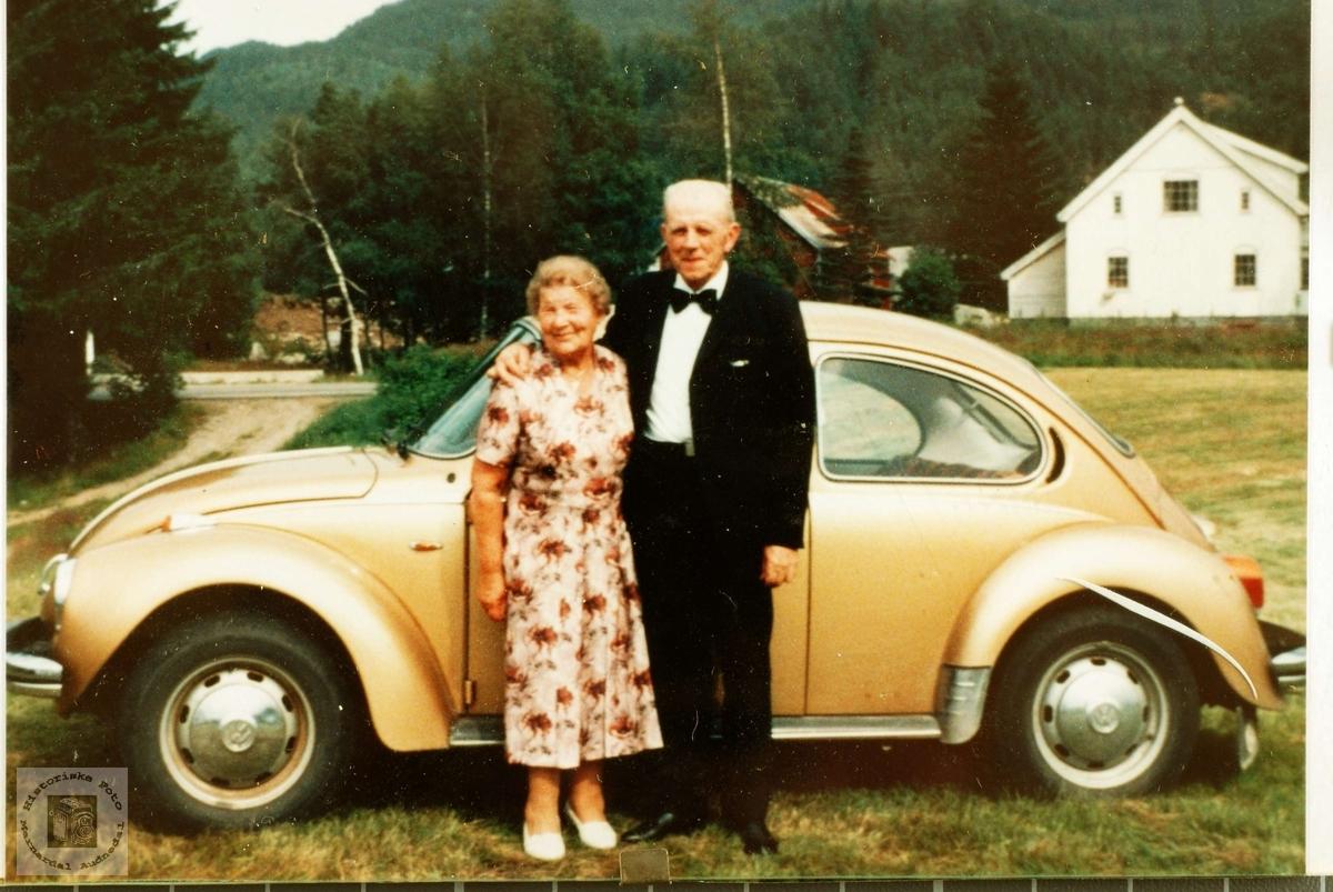 Portrett av ekteparet Regine og Severin Flottorp med ny bil.