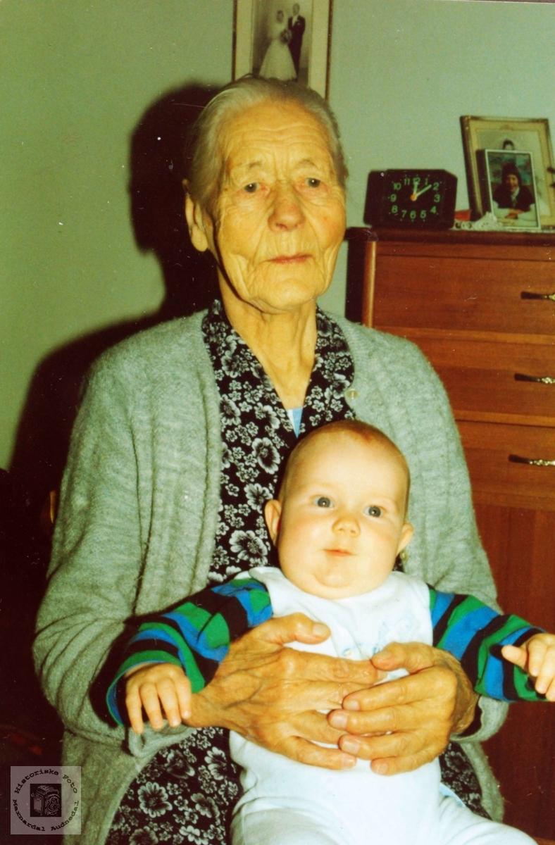 Portrett av Siri Verdal med oldebarn. Grindheim Audnedal.