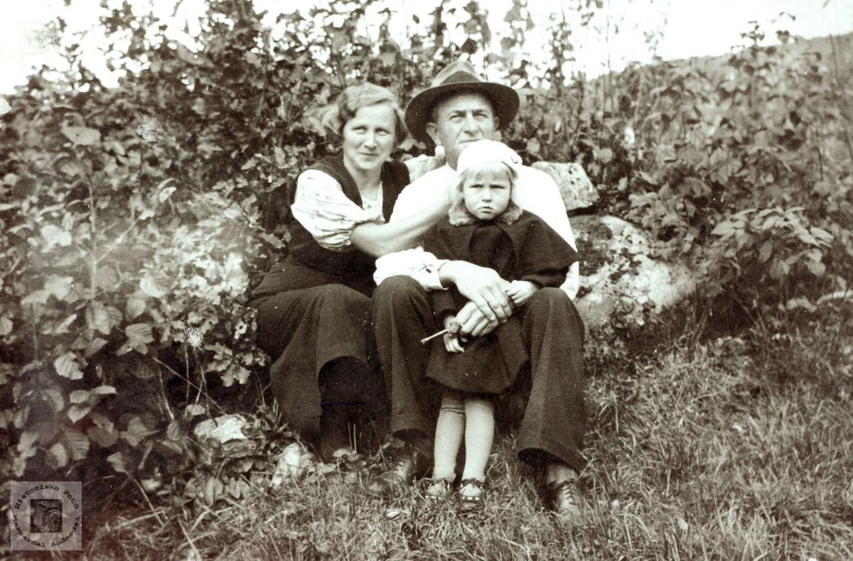 Hyggestund i det fri for familien Hårtveit. Grindheim Audnedal.