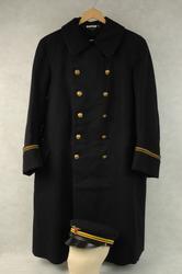 Jernbaneuniformen består av frakk og lue. Frakken er sydd i svart ullstoff, har dobbel rad med blanke knapper og to gullgule stripeband på ermekantene. Lua har blank skjerm, jernbaneemblem og gullgule band.