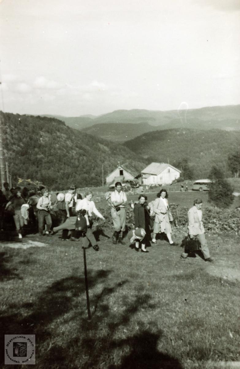 """Turistgruppa på vei til """"hotellet"""", Flottorp turistheim."""