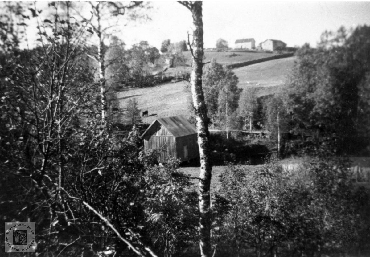 Gården Lundebrotet på Bruskeland i Laudal bakgrunnen.