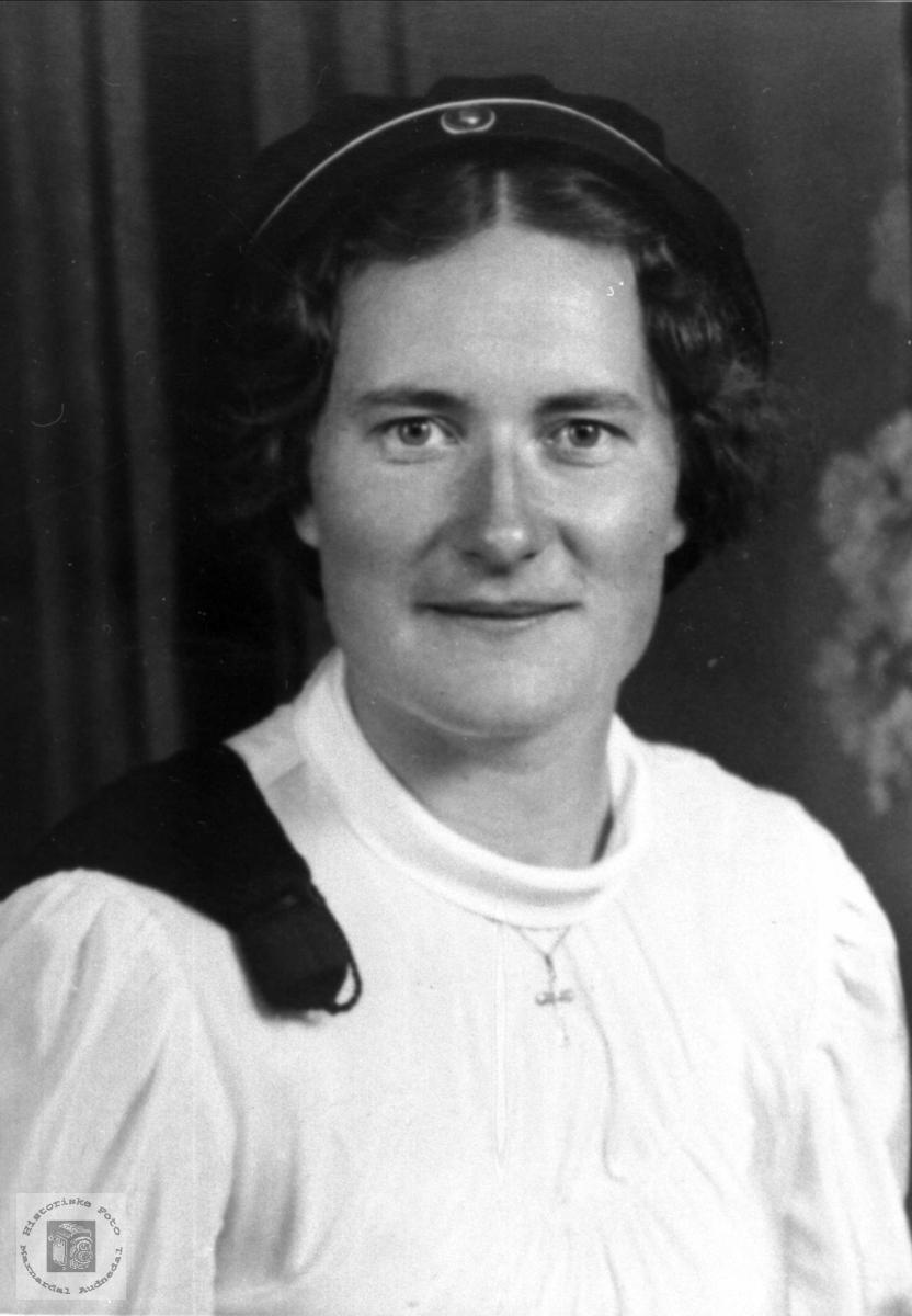 Portrett av Gudrun Nome gift Ousland som ung student.