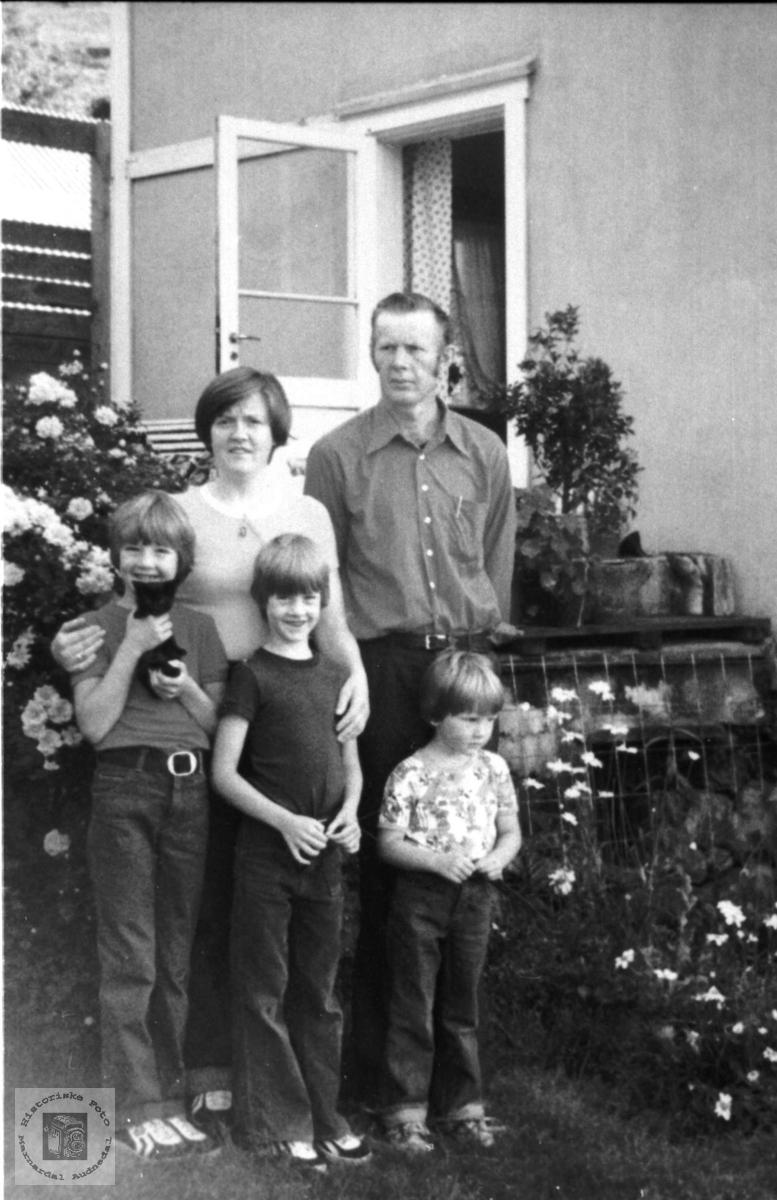 Portrett av familien Homme hagen på Åkseth i Laudal.