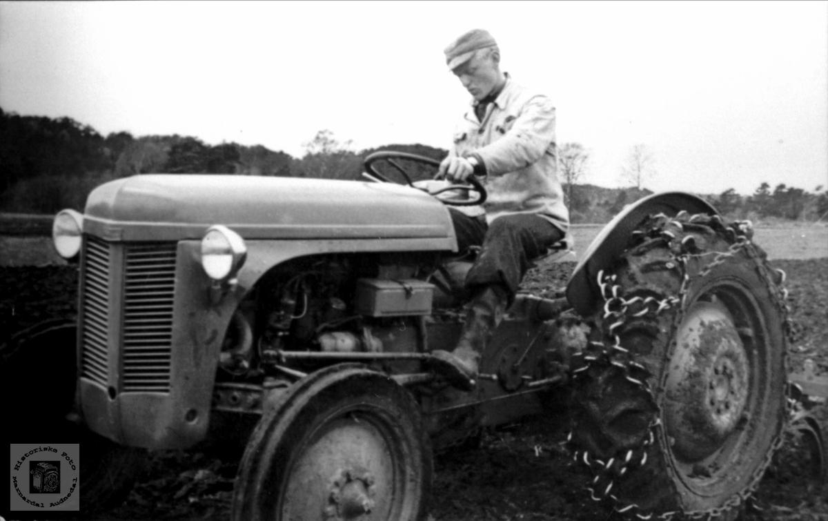 På traktor. Fidje Laudal.