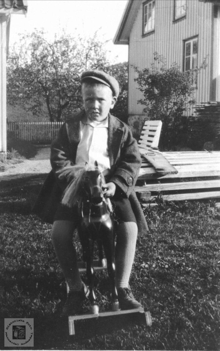 Olav Kjær på ridetur, Øyslebø.