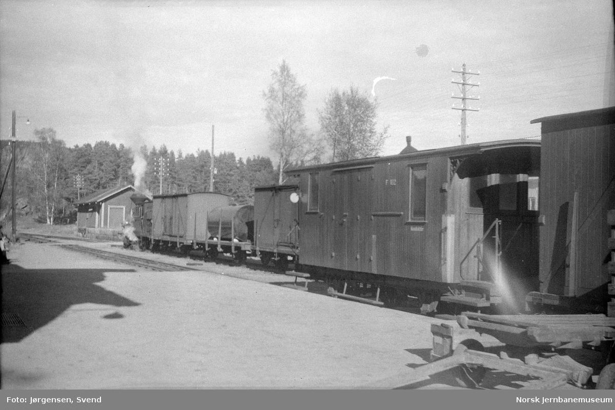 Kryssende tog på Moisund stasjon med godstog 5661 og persontog 2662, med konduktørvogn litra F nr. 102