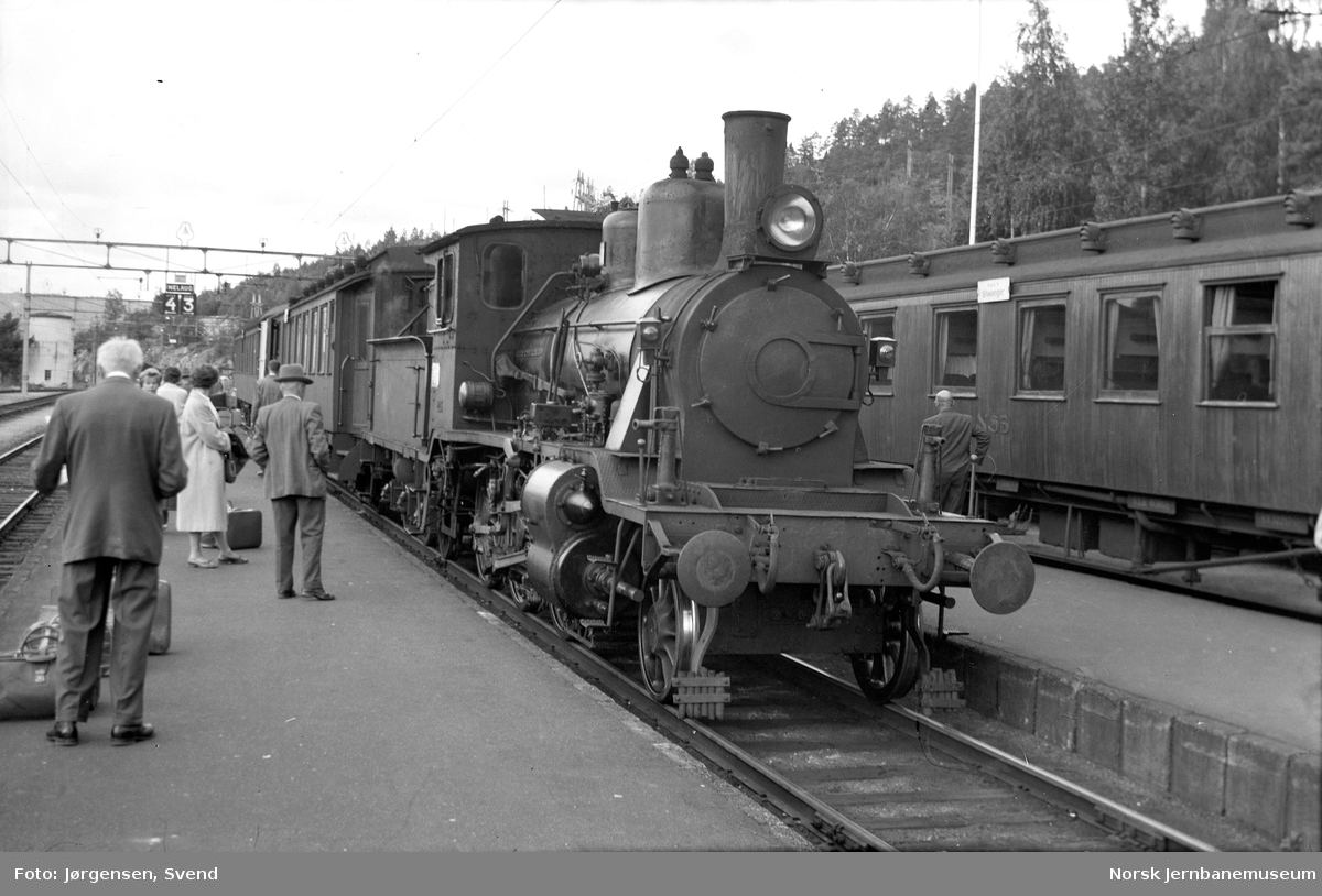 NSB damplokomotiv type 21e nr. 203 foran persontog på Nelaug stasjon