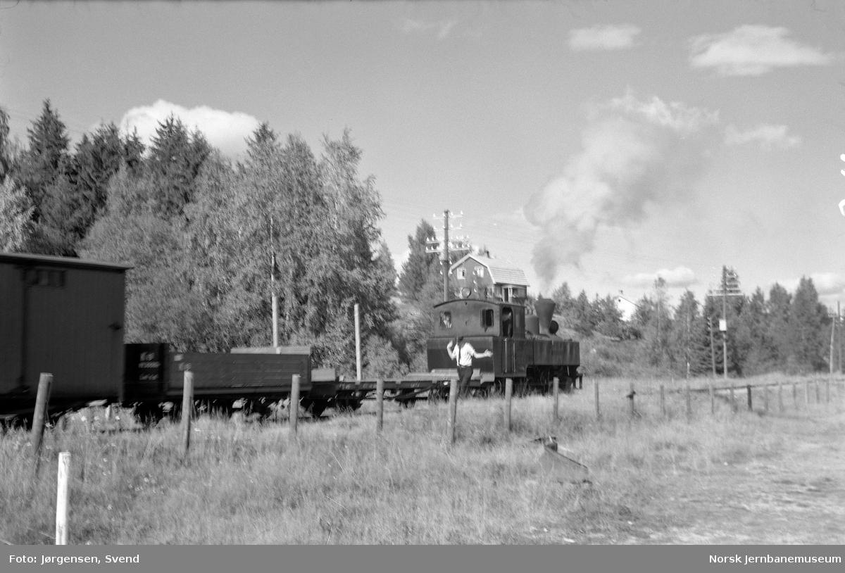 """Damplokomotiv nr. 4 """"Setskogen"""" skifter på Fosser stasjon"""