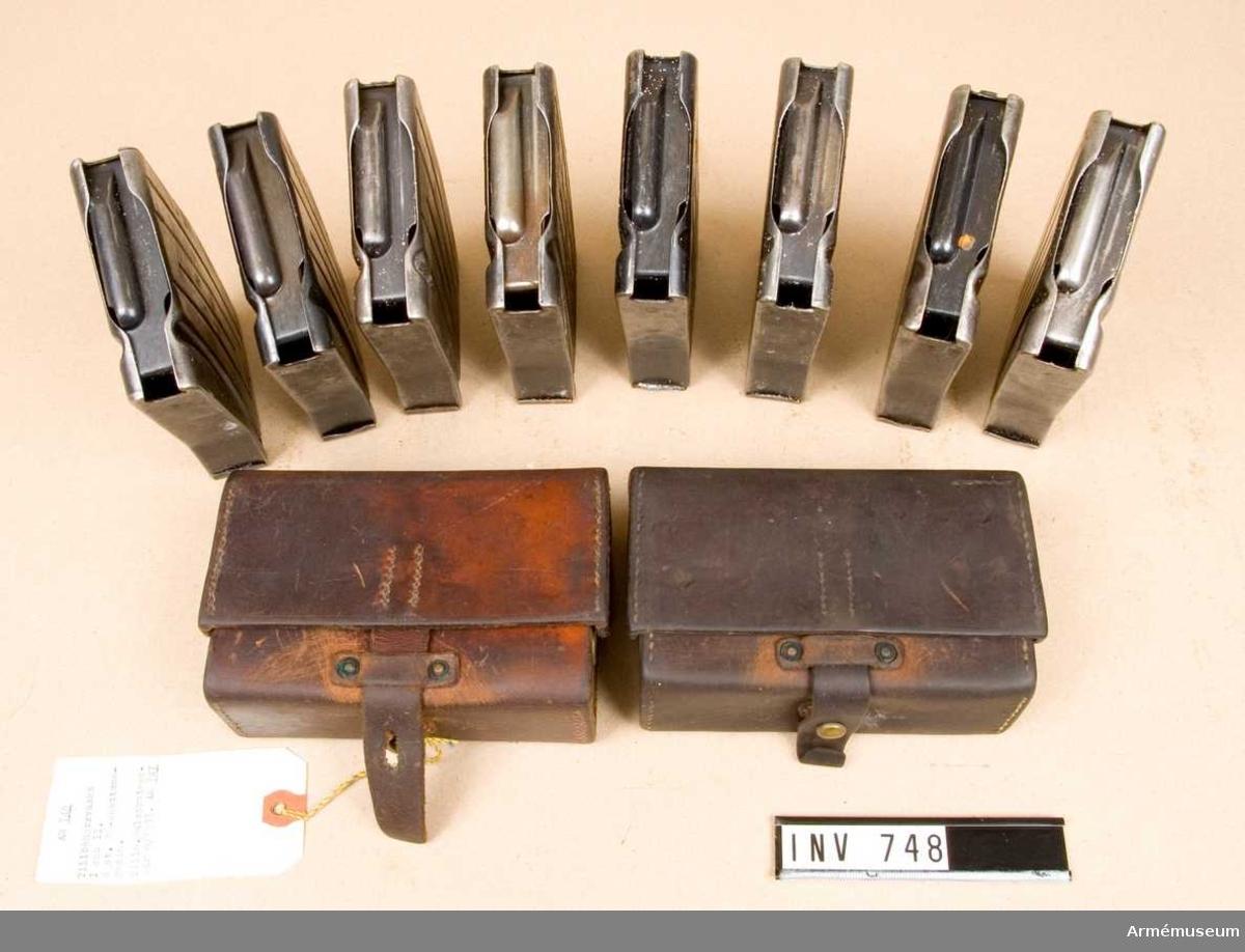 Består av: Tillbehörsväska I och II med innehåll= 26 artiklar. Åtta stycken extra 20-skottsmagasin.