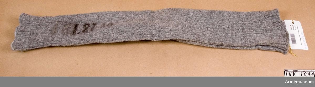 Samhörande nr är 1017-1059, 1062-1063, 1072-1073.Strumpskaft m/1906, Kalmar reg.Maskinstickat av grått yllegarn i en rät maska - två aviga. Helt utan fötter och har värmande funktion. De drogs utanpå kalsongerna. Skaftet märkt: I 21 1b. Har tillhört mobiliseringsutrustning vid Armémuseum.