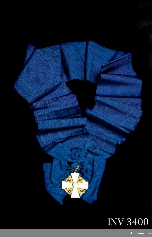 Kraschan, kmd, Finlands Vita Ros. Storkors.Kommendörer med stora korset och av första klassen bära förutom  ordenskorset även en kraschan. Denna har formen av en femuddig  stjärna av silver som på mitten är belagd med en blåemaljerad  rundel innehållande en vitemaljerad ros och, omgiven av en ring  av svart emalj, på vilken läses i guldbokstäver ISÄNMAAN  HYVÄKSI (till förmån för fosterlandet). Från ringen utgår  strålar av vilka de tre kortaste mellan varje uddpar är  förgyllda vilket inte är fallet på kommendörskraschanen. Kraschanerna hade ursprungligen en udd riktad nedåt men  rättvändes genom beslut av ordenskapitlet den 20 augusti 1936. Rosornas ställning har växlat i olika dekorationer, men sedan år 1941 skall de alltid ha ett kronblad riktat uppåt. På  frånsidan silverstämpel samt konstnärens märke + A. Tilander .Källa: Arvid Berghman: Nordiska ordnar, s 108.