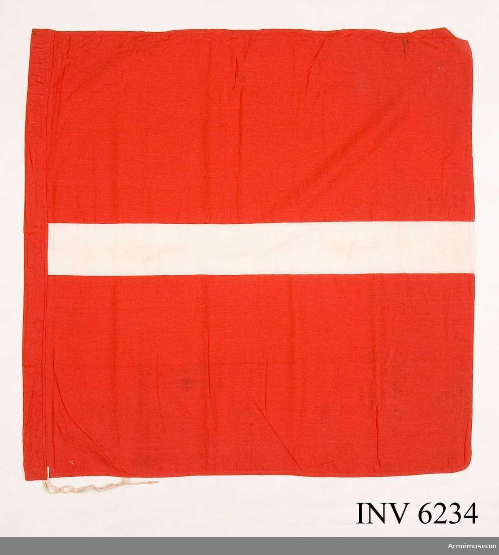 Mått: höjd 870 mm, bredd 900 mm. Gott skick. Tvättad. En röd bomullsflagga med en 100 mm bred, vit rand. I ena kortsidan finns en kanal för flaggkäpp.