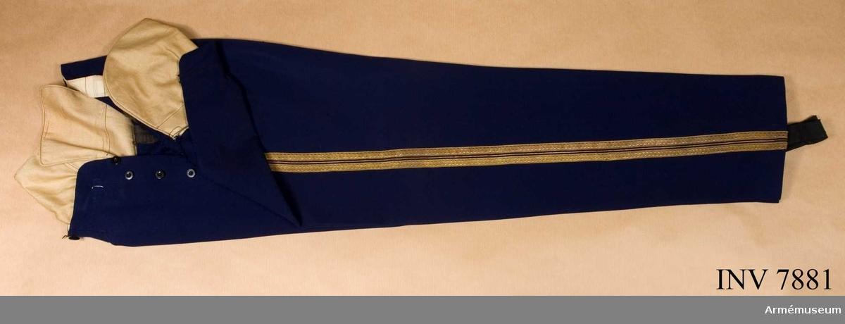 Av mörkblått kamgarnsdiagonal, med dubbla guldgaloner och emellan dem en smal guldpasspoal (go 24 jan 1880 nr 46).