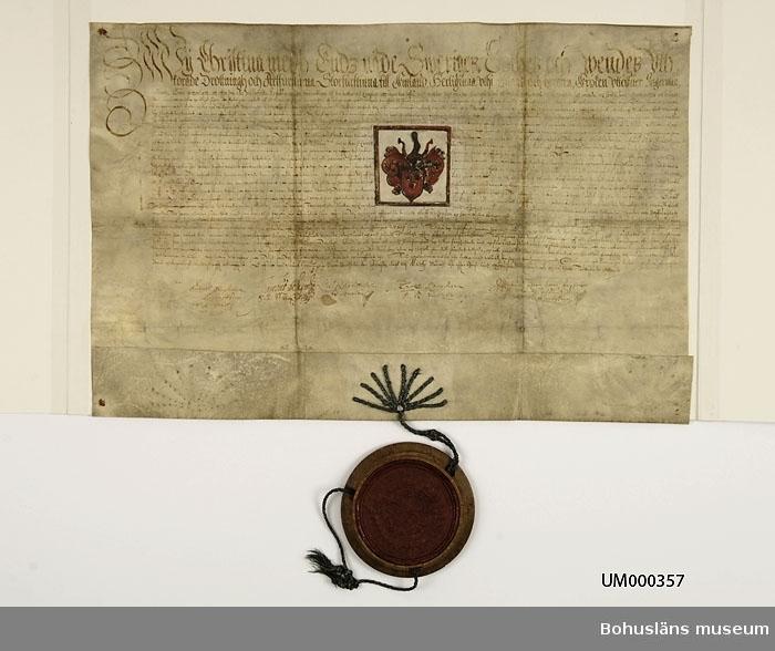 Drottning Kristinas adelsbrev för Olof Andersson Silverloodh,  daterat 1638, undertecknat av drottning Kristinas förmyndarregering med bl. a. rikskansler Axel Oxenstiernas namnteckning. Pergamentbrev med vidhängande rikssigill med vasaättens vase i centrum omgivet av de svenska landskapsvapnen. (Till dokumentet hör också en senare avskrift, UM6233/UMA342.)