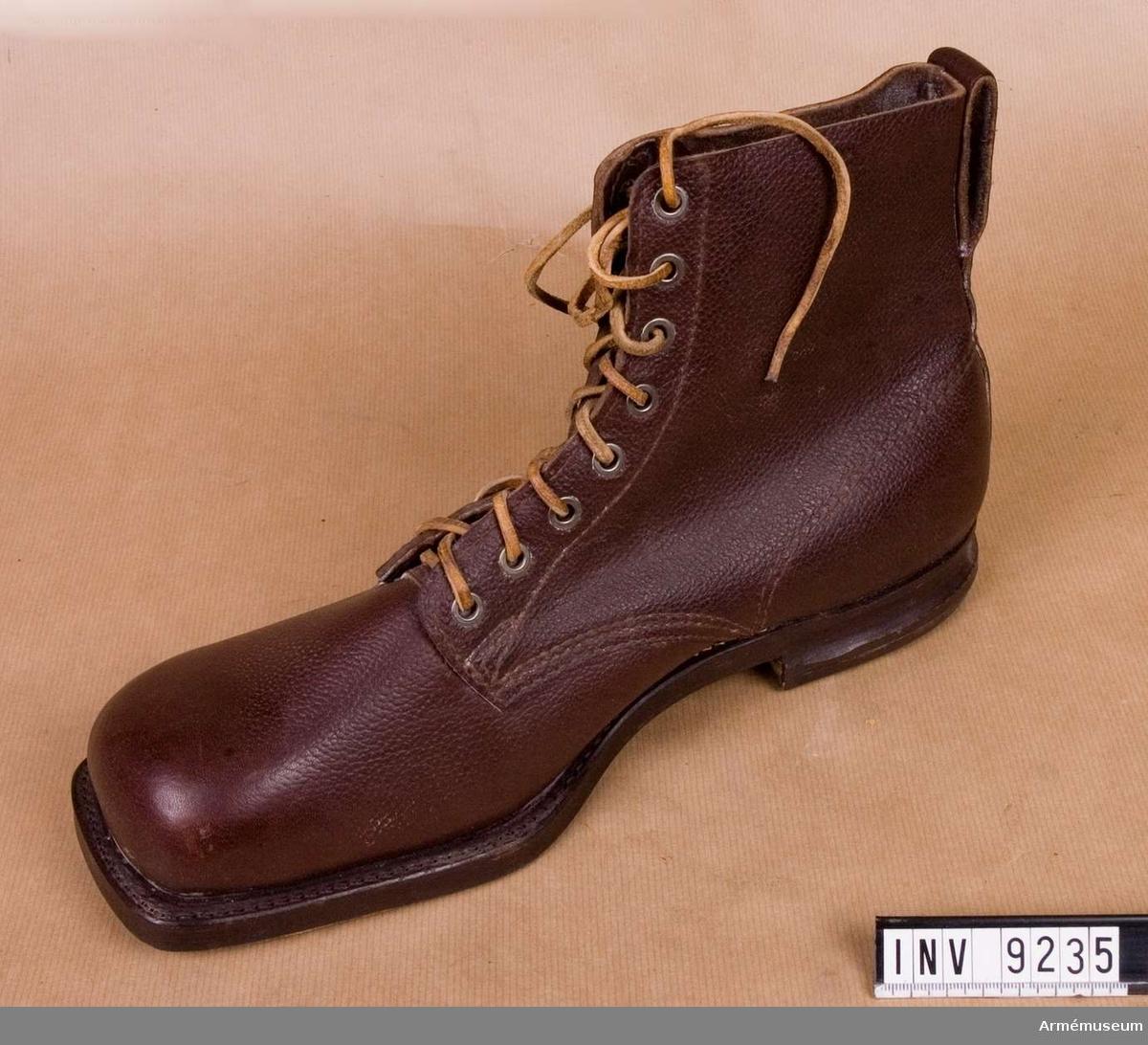 Av brunt smorläder med lädersula och gummiklackad. Storlek 45 A. Stämplad i sulan med Gyllenen Gripens firmamärke.