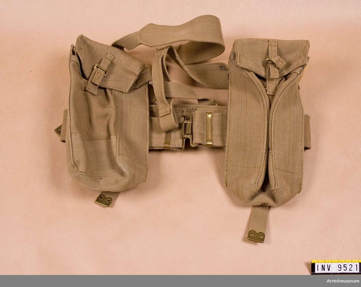 Selen är tillverkad av grågrönt cordband och har två väskor. Gåva från FMV.