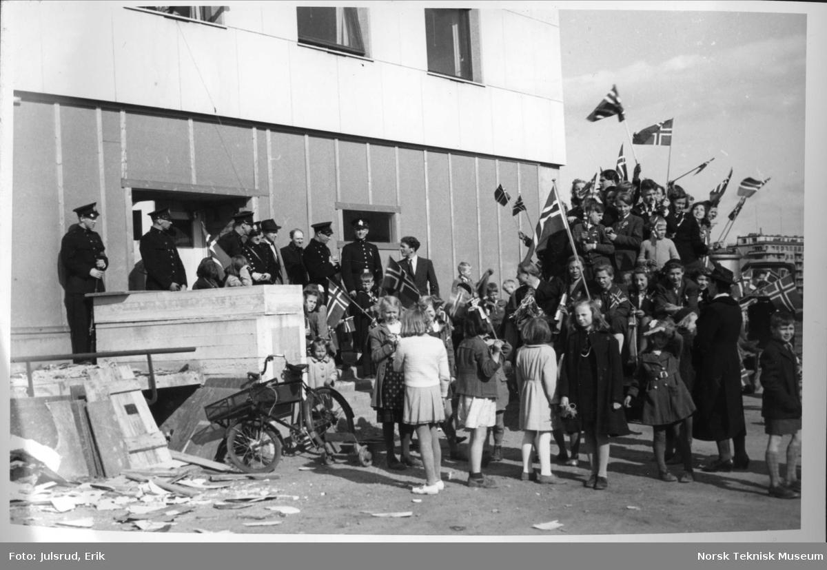 Jubel foran Kringkastinghuset 8 mai 1945 kl 1600
