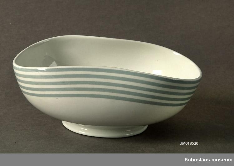 """Ur servisen: """"Grå ränder"""". Dekor av fem grå ränder kring kantan. Närmast rektangulär med inåtböjda långsidor.  Av givaren inköpt på auktion. Sammanhör med UM18519 - UM18523."""