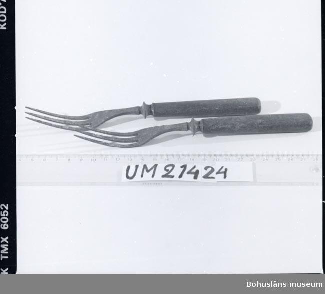 410 Mått/Vikt ! TJ 1 CM 594 Landskap BOHUSLÄN  Trekload gaffel med svart träskaft.  UMFF 20:7