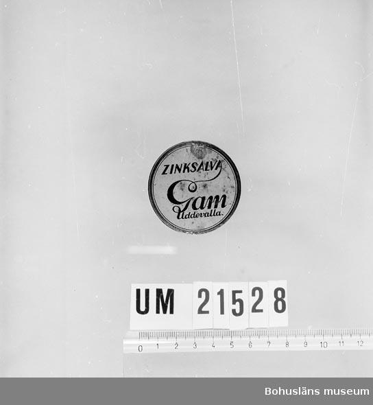 """594 Landskap BOHUSLÄN  Asken märkt: """"Zinksalva. Gam Uddevalla"""". Locket vitt med svart text.  UMFF 29:7"""