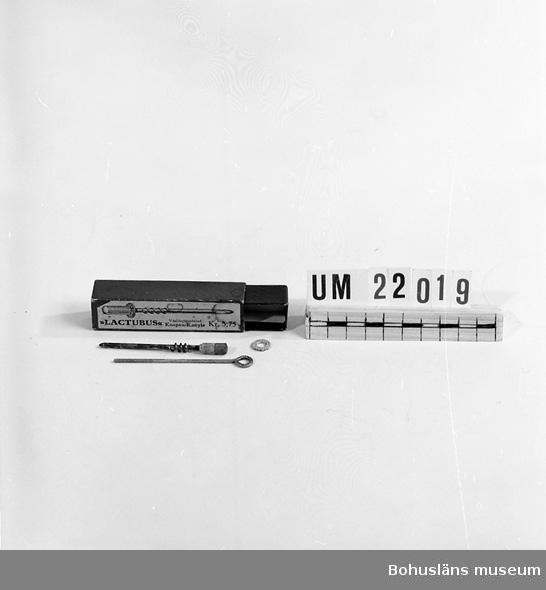 """594 Landskap BOHUSLÄN  Asken är märkt: """"Lactubus världpatenterad kospen = kanyle. Kl.375.  UMFF 72:11"""