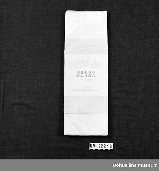 """594 Landskap BOHUSLÄN  Servettförpackningen märkt: """"Middagsservetter 25 styck extra prima pappersservetter.  N:r 1257/100"""".  UMFF 93:11"""