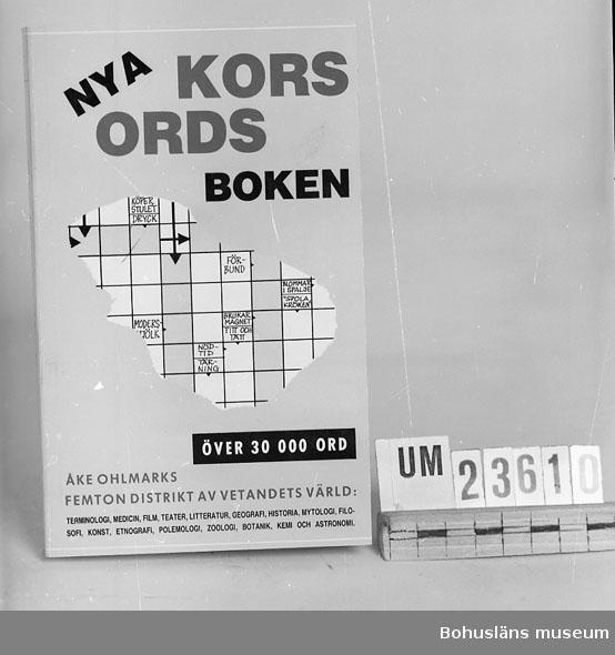 """594 Landskap BOHUSLÄN 394 Landskap BOHUSLÄN  Ohlmarks, Åke: """"Nya Korsordsboken.""""  Tillägg och redigering Gunnar Gällmo.  Häftad pocketbok. Se förvärvsuppgifter under UM23603. Neg.nr. UM145:7."""