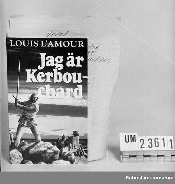 """594 Landskap BOHUSLÄN 394 Landskap BOHUSLÄN  L"""" Amour, Louis: """"Jag är Kerbonchard"""". Pocketbok. Se förvärvsuppgifter under UM23603. Neg.nr. UM145:8."""