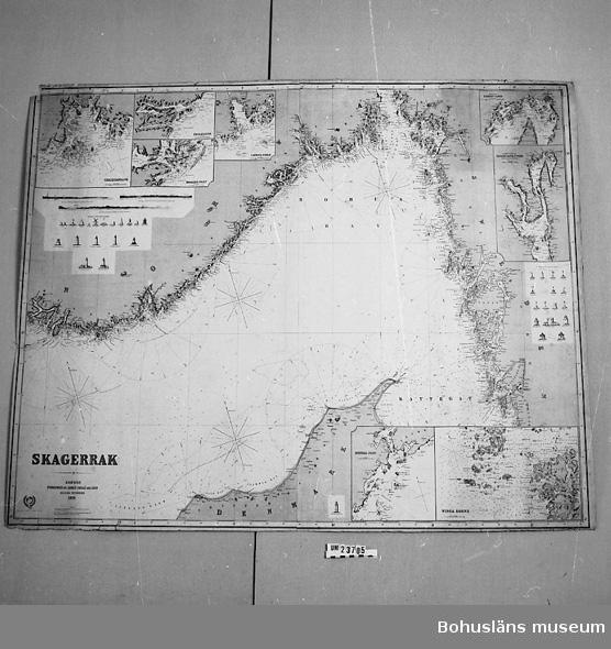"""Sjökort Skagerack. Text nederst till vänster: """"Skagerack. London. Published by James Imray and son. 89 & 102 Minories 1870. I hörnen special-sjökort över """"Vinga Sound"""", Arendal Inlet"""", """"Kragerö Inlet"""" med flera samt fyravbildningar.  Använd av firma """"William Thorburn & Söner"""", havreexportör från Uddevalla. Text på baksidan/utsidan """"Skagerack"""", """"William Thorburn, Skagerack"""".  Fodrad på blått papper. 20 cm lång reva."""