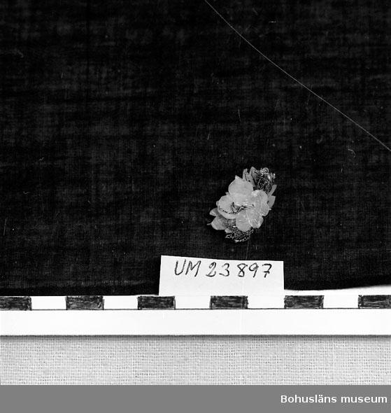 594 Landskap BOHUSLÄN  Tillhör dockan Adéle.  Ligger i UM23898 Smyckeskrin.  Personuppgifter; se UM23863.