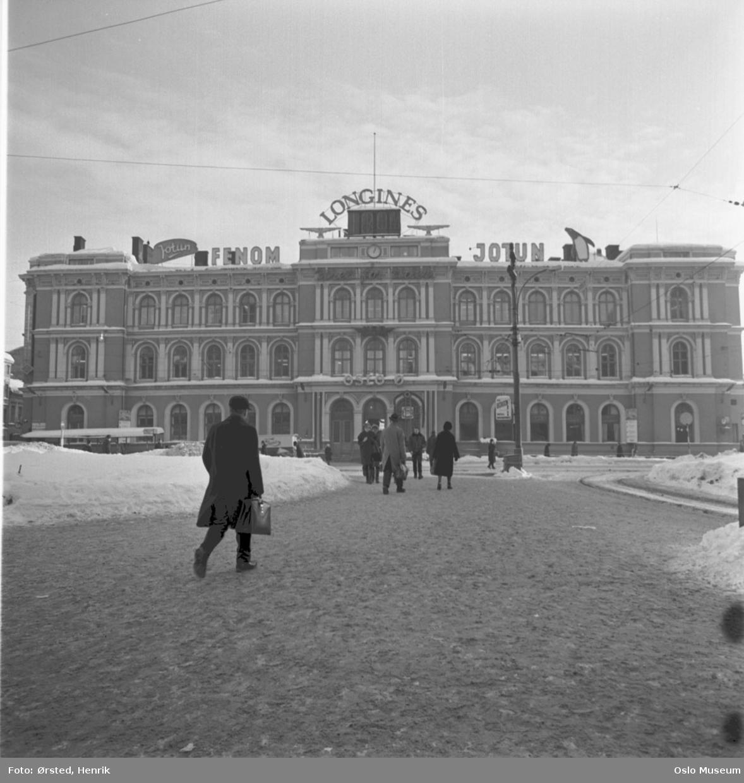 plass, snø, mennesker, Østbanestasjonen, frontfasade, lysreklame