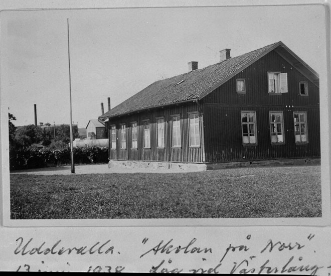 """Handskrivet på bildens framsida: """"Uddevalla. """"skolan på norr"""" 13 juni 1938. Låg vid Västerlånggatan""""."""