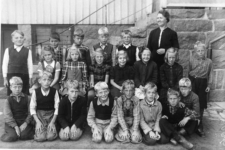 """Enl. tidigare noteringar: """"1:a eller 2:a klass småskolan Slättens skola Lysekil.  Lärarinnan Rut Sandberg (gift Melin). 4:e eleven från höger i andra raden är Vivi Russberg. Repro 1985 av foto tillhörande Vivi Russberg, Uddevalla""""."""