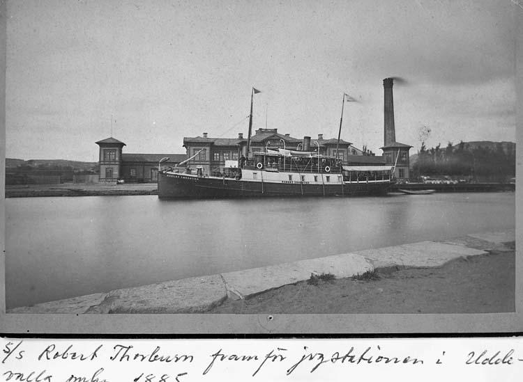 """Text på kortet: """"s/s Robert Thorburn framför jvgstationen i Uddevalla omkr. 1885""""."""