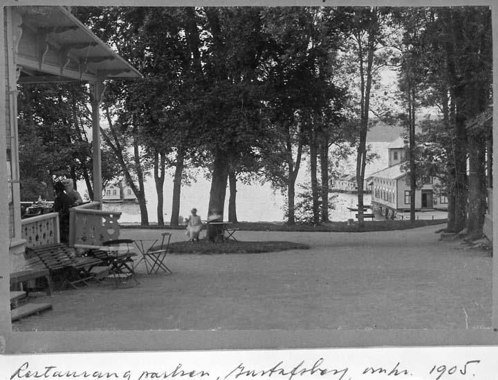 """Text på kortet: """"Restaurangparken, Gustafsberg omkr. 1905"""".    ::"""