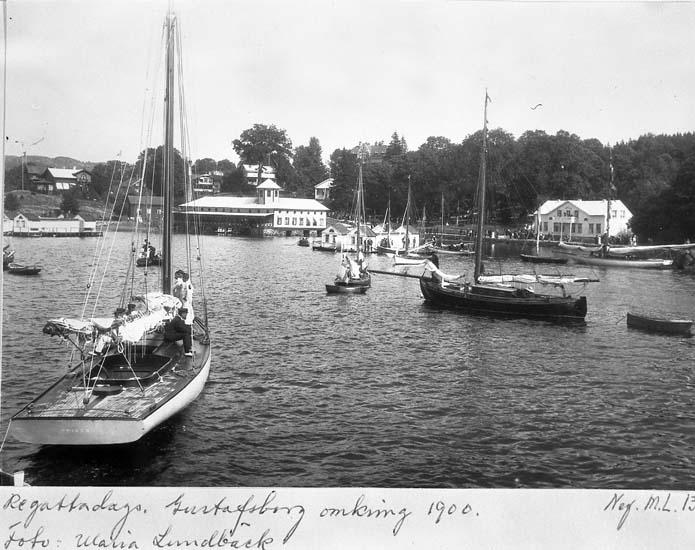 """Text på kortet: """"Regattadags. Gustafsberg omkring 1900. Foto: Maria Lundbäck""""."""