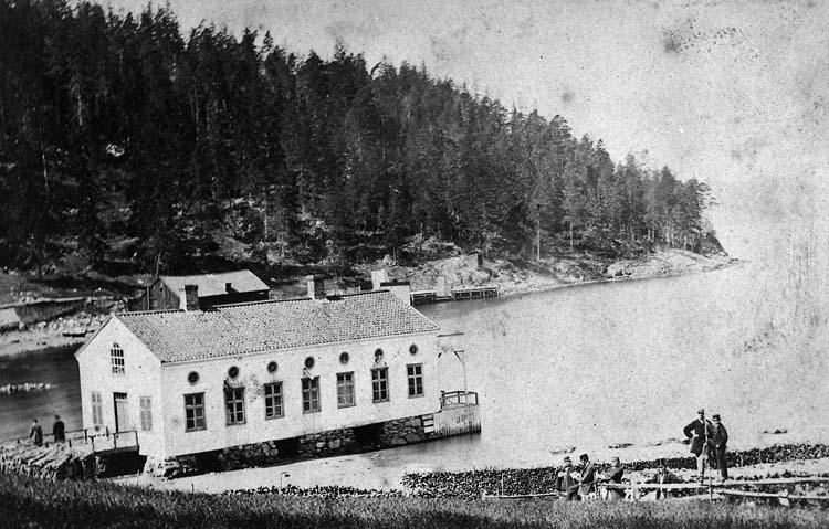 """Enligt text på fotot: """"Gustafsbergs badhus, omkr 1870"""".    ::"""