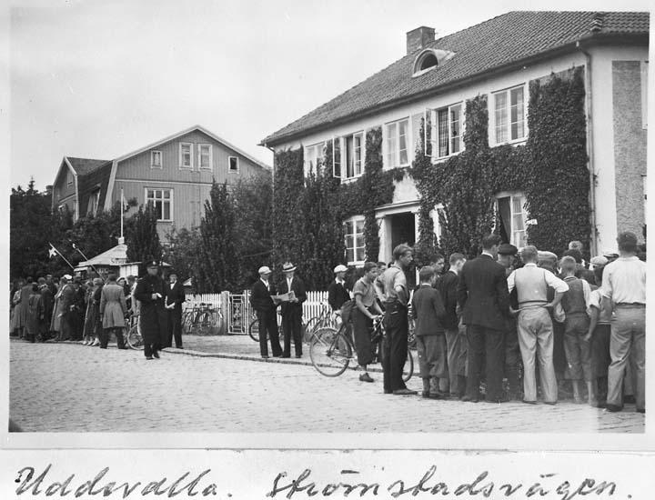 """Text på kortet: """"Uddevalla. Strömstadsvägen. """"Rabbalshedeloppet"""" på cykel juli 1936""""."""