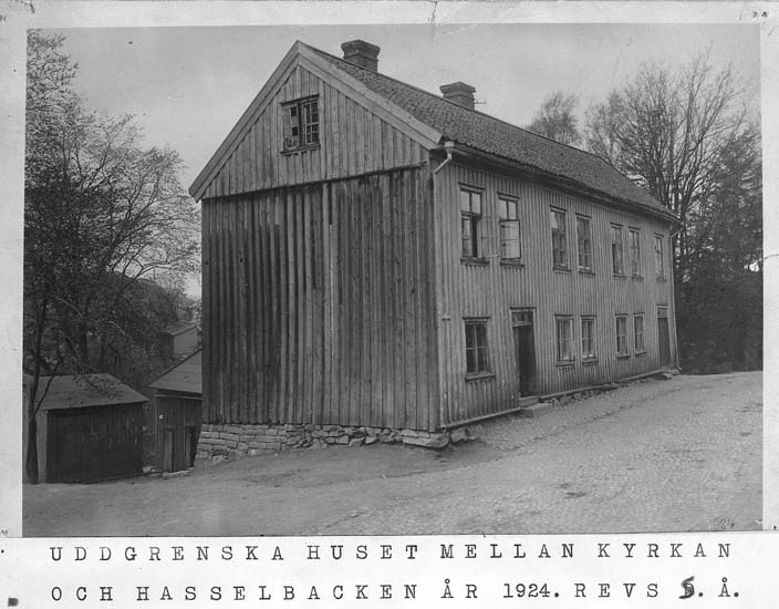 """Text på kortet: """"Uddgrenska huset mellan kyrkan och Hasselbacken år 1924."""""""