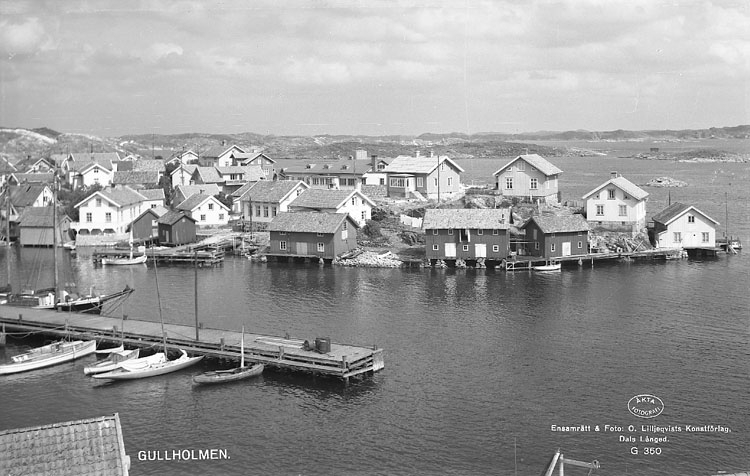 """Enligt AB Flygtrafik Bengtsfors: """"Gullholmen fr. berget m. brygga Bohuslän""""."""